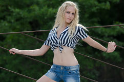 Frau trägt gestreiftes gebundenes Hemd Lizenzfreie Stockfotografie