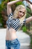 Frau trägt gestreiftes gebundenes Hemd Stockfotografie