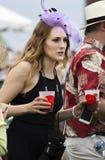 Frau trägt Getränke bei Virginia Gold Cup lizenzfreie stockfotografie