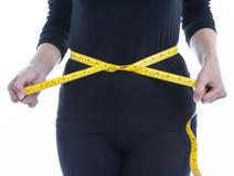 Frau trägt Kleidung des schwarzen Körpers mit gelbem messendem Band, healt Stockfotos