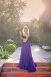 Frau trägt langes purpurrotes Kleid Lizenzfreies Stockfoto