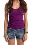 Frau trägt purpurrotes Trägershirt Lizenzfreies Stockfoto