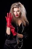 Frau trägt rote Handschuhe Stockbild