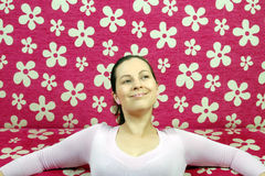 Frau träumt vor rosa Couch Lizenzfreie Stockbilder