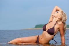 Frau in tragendem Bikini des Wassers Stockbild