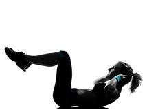 Frau Trainingseignung-Lage, die abdominals drücken, ups