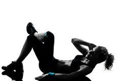 Frau Trainingseignung-Lage, die abdominals drücken, ups Stockbilder