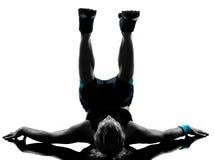 Frau Trainingseignung-Lage, die abdominals drücken, ups Stockbild