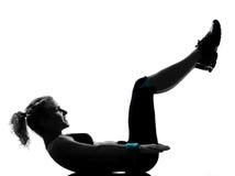 Frau Trainingseignung-Lage, die abdominals drücken, ups Lizenzfreies Stockbild