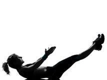 Frau Trainingseignungs-Lage, die abdominals drücken, ups Lizenzfreie Stockfotos