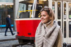 Frau am Tram-Halt Stockbild