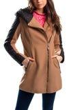 Frau trägt beige Mantel Stockfotografie