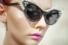 Frau trägt Luxussonnenbrille Stockbild