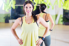 Frau trägt Trainer Fit-Frau zur Schau, die an steht Stockbild