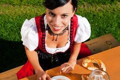 Frau in trinkendem Bier des Dirndl Lizenzfreies Stockbild