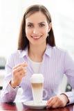 Frau trinkendes latte Stockbilder