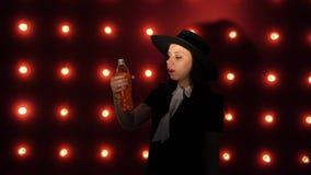 Frau trinkt ein Auffrischungsgetränk Junge Frau, die ein Getränk von der Flasche trinkt stock footage