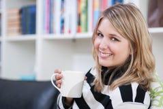 Frau trinkt einen Tasse Kaffee Lizenzfreies Stockfoto