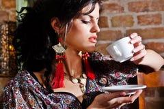 Frau trinkt Kaffee Stockfotos