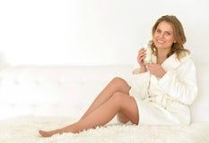 Frau trinkt Milch Lizenzfreie Stockfotos