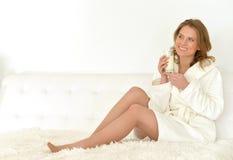 Frau trinkt Milch Lizenzfreie Stockbilder