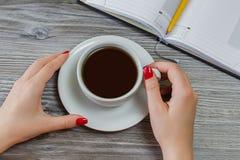 Frau trinkt Tee beim Haben von Freizeit vom Schreiben und vom Studieren Pausenbruch-Geschäftstreffenrest entspannen sich Morgenge Lizenzfreie Stockfotos