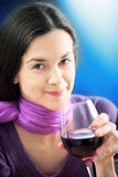 Frau trinkt Wein Lizenzfreie Stockfotos