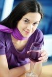 Frau trinkt Wein. Lizenzfreie Stockfotos