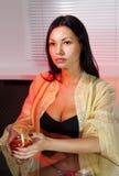 Frau trinkt Weinbrand lizenzfreies stockbild