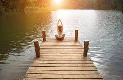 Frau tun Yoga das im Freien Frau, die Yoga ausübt Lizenzfreie Stockfotos