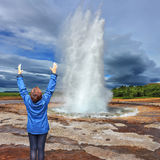 Frau - turist begeisterter Geysir Lizenzfreie Stockbilder