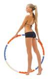 Frau tut Gymnastikübungen mit Band Stockfoto