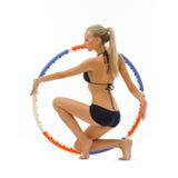 Frau tut Gymnastikübungen mit Band Stockbild