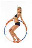 Frau tut Gymnastikübungen mit Band Lizenzfreie Stockbilder