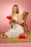 Frau u. Geschenke Lizenzfreies Stockfoto