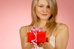 Frau u. Geschenke Stockbild