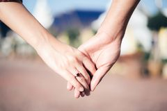 Frau u. Mann halten Hand stockfotos