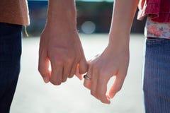 Frau u. Mann halten Hand lizenzfreie stockbilder