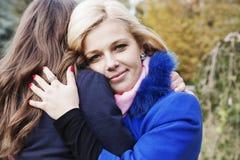 Frau umarmt ihre Freundin Lizenzfreies Stockbild