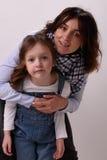 Frau umarmt ihre Tochter Stockfotografie