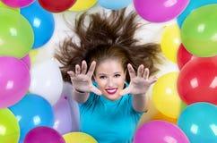 Frau umgeben durch bunte Ballone Stockfotos