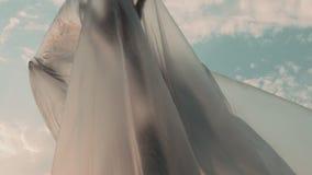 Frau umgeben durch die Plastikfolie, die heraus mit ihren Händen erreicht stock footage