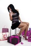 Frau umgeben durch Einkaufenbeutel Stockfotografie