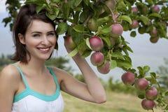 Frau und Äpfel lizenzfreies stockfoto