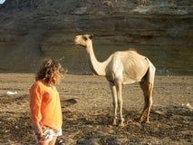 Frau und afrikanisches Kamel Stockfoto