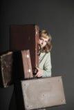 Frau und alte Koffer Lizenzfreie Stockbilder