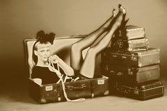 Frau und alte Koffer Lizenzfreies Stockfoto