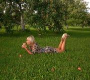 Frau und Apfel Lizenzfreie Stockfotos