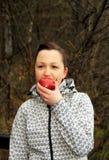 Frau und Apfel Stockfoto