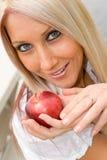 Frau und Apple Lizenzfreie Stockbilder